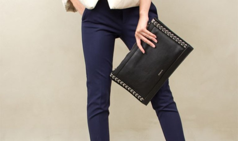 Черный клатч – привлекательный аксессуар для украшения любого образа!