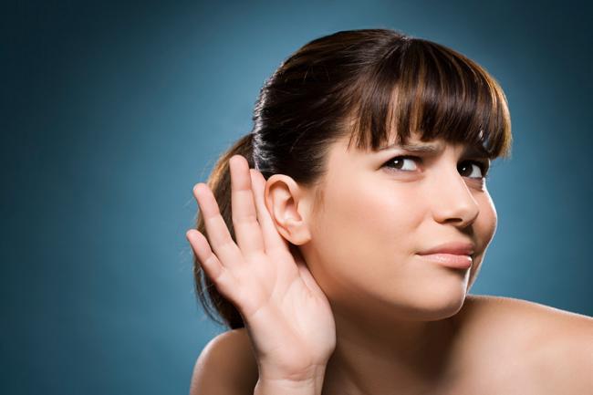 Ученые рассказали, каким ухом нужно слушать людей