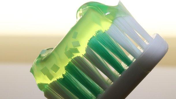 Ученые рассказали о страшном вреде зубных щеток