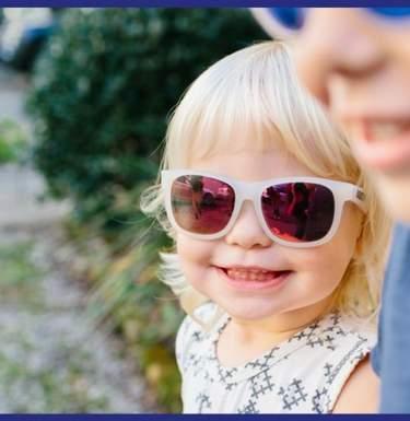 Врач рассказал, с какого возраста дети могут носить солнцезащитные очки