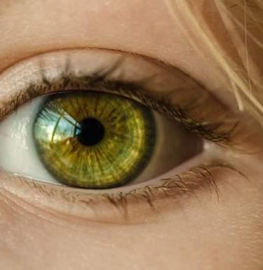 Контактные линзы опасны для здоровья: медики рассказали почему