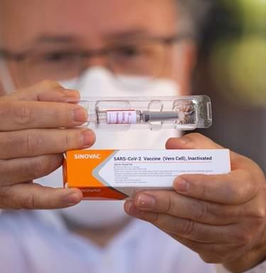 У вакцины-лидера много побочек. Что говорят ученыеСюжет