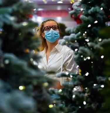 В масках и на улице: в ВОЗ дали советы для празднования Рождества и Нового года