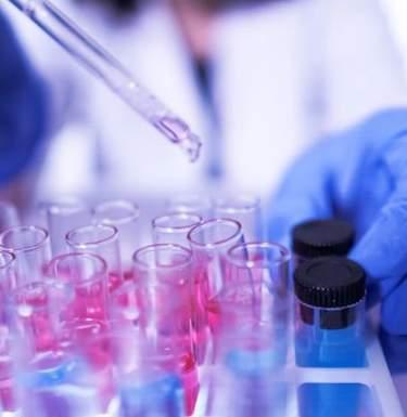 В ВОЗ заявили об исследованиях лекарств, которые снижают смертность от COVID-19